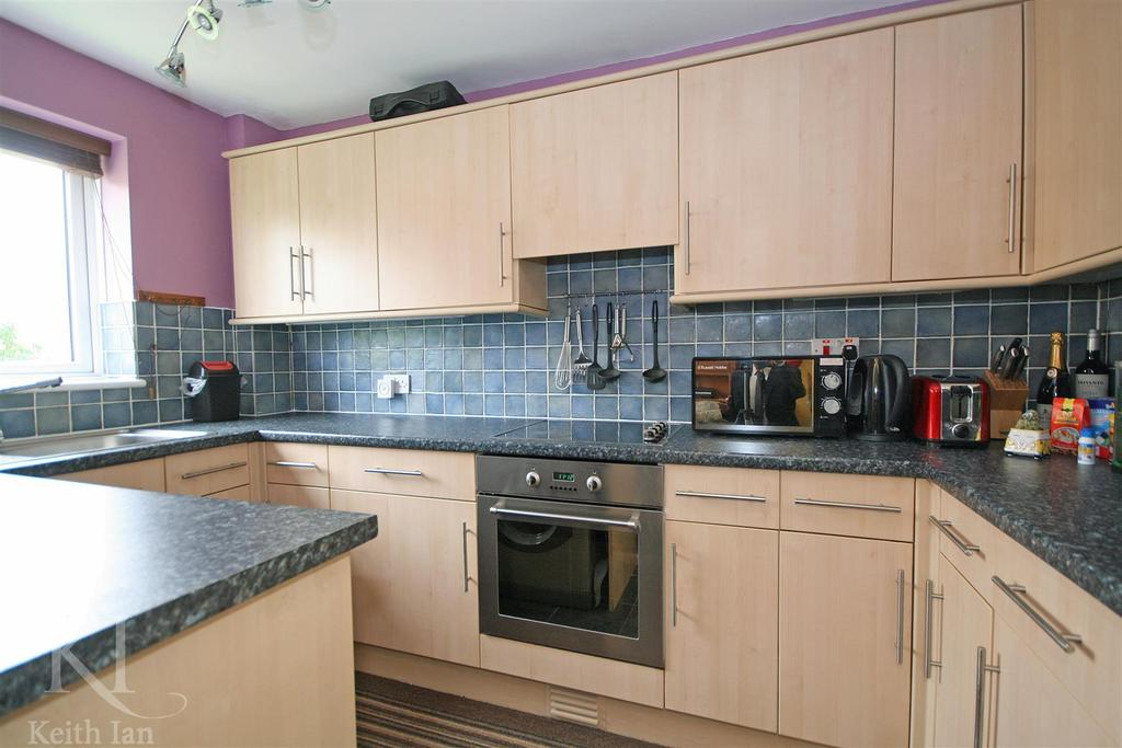 2 Bedrooms Apartment Flat for sale in Falcon Court, Ware - Extended Lease