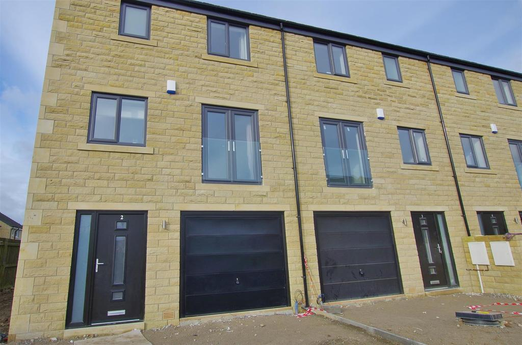 4 Bedrooms Town House for sale in Long Lane, Queensbury