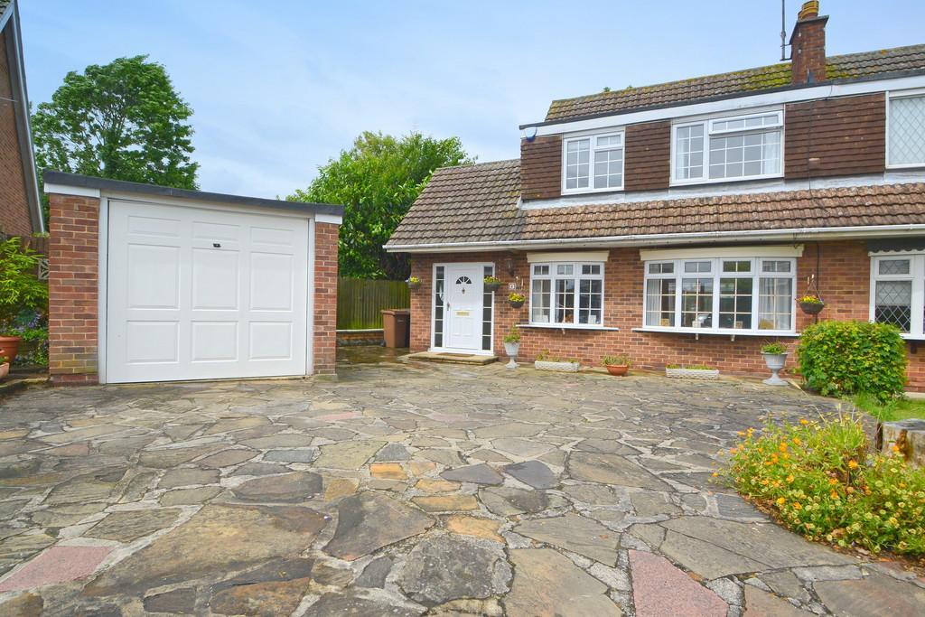 3 Bedrooms Semi Detached House for sale in Brograve Close, Galleywood