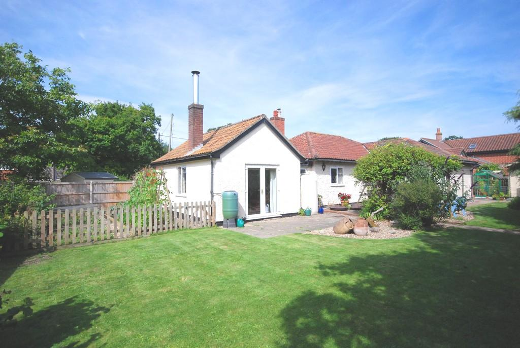 4 Bedrooms Detached Bungalow for sale in The Street, Ashwellthorpe