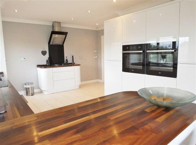 4 Bedrooms Bungalow for sale in The Lane, Spinkhill, S21 3YF