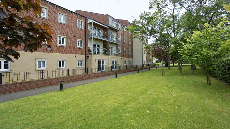 2 Bedrooms Apartment Flat for sale in CHARLTON COURT, Manor Park, Benton