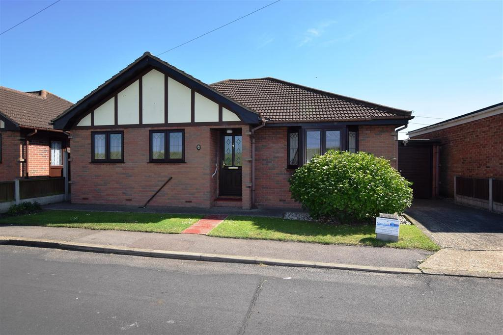3 Bedrooms Detached Bungalow for sale in Small Gains Avenue, Canvey Island