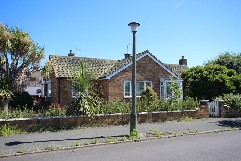 2 Bedrooms Detached Bungalow for sale in Chelmsford Road, HOLLAND ON SEA