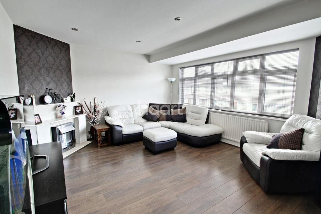 2 Bedrooms Flat for sale in Clarendon Road, Cheshunt, EN8