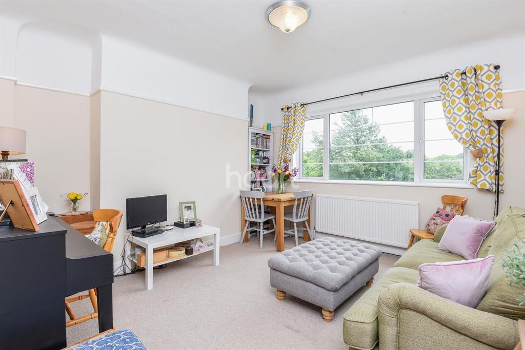 2 Bedrooms Flat for sale in Cameford Court, Streatham Hill, SW2