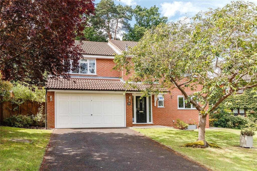 4 Bedrooms Detached House for sale in Colville Gardens, Lightwater, Surrey