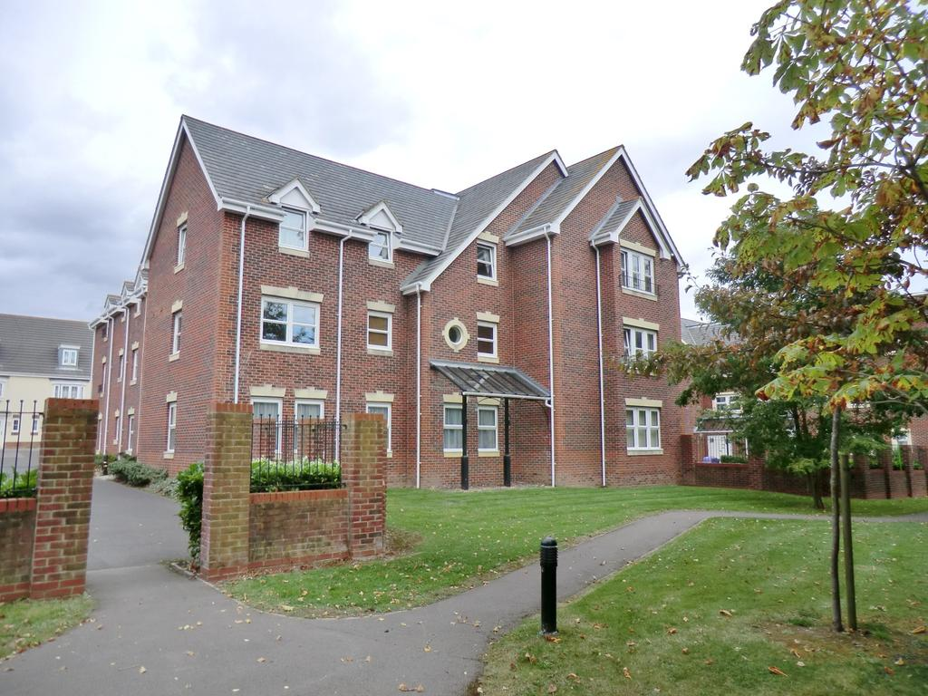 2 Bedrooms Flat for sale in Less than a mile from Cams Hall Estate Golf Club