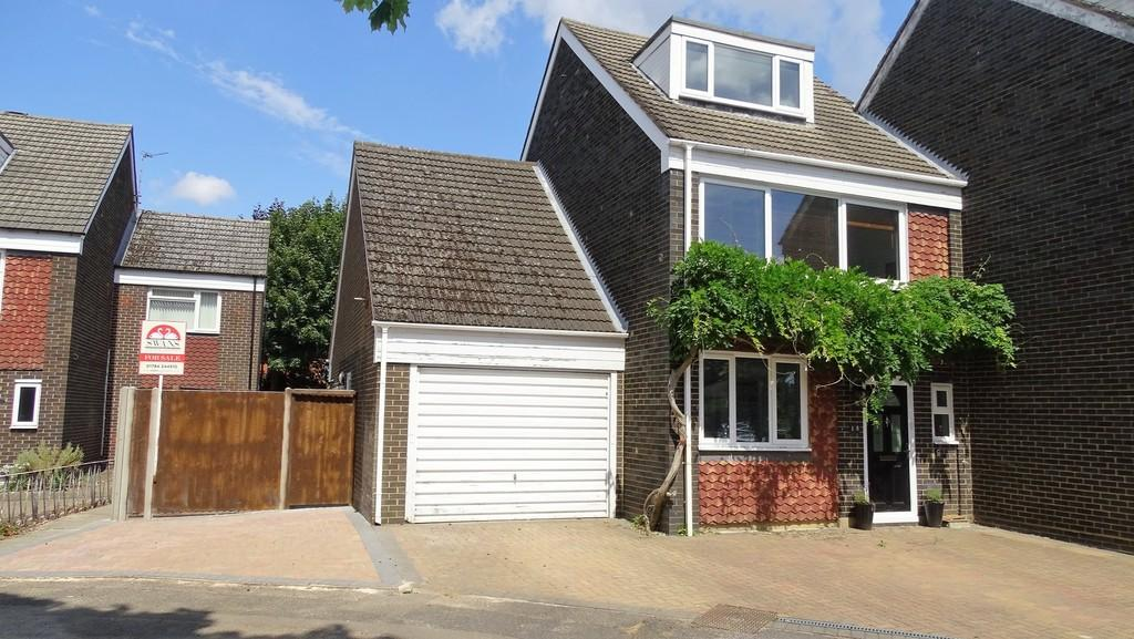 4 Bedrooms Terraced House for sale in Gables Avenue, Ashford, TW15