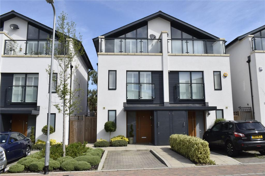 3 Bedrooms Semi Detached House for sale in Godwin Terrace, Romford, RM3