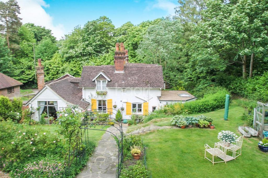 3 Bedrooms Semi Detached House for sale in Hindhead Road, HIndhead.