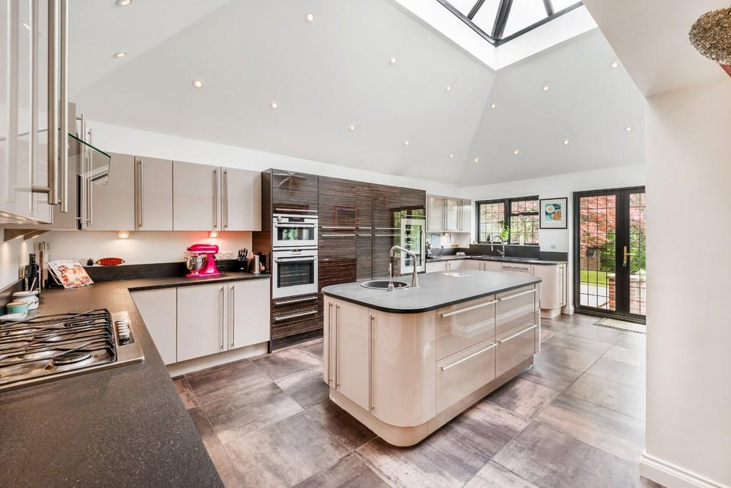 4 Bedrooms Detached House for sale in Three Gates Lane, Haslemere