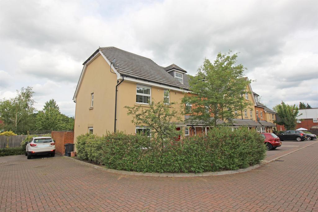 3 Bedrooms End Of Terrace House for sale in Carisbrooke Close, Stevenage, SG2 8QQ