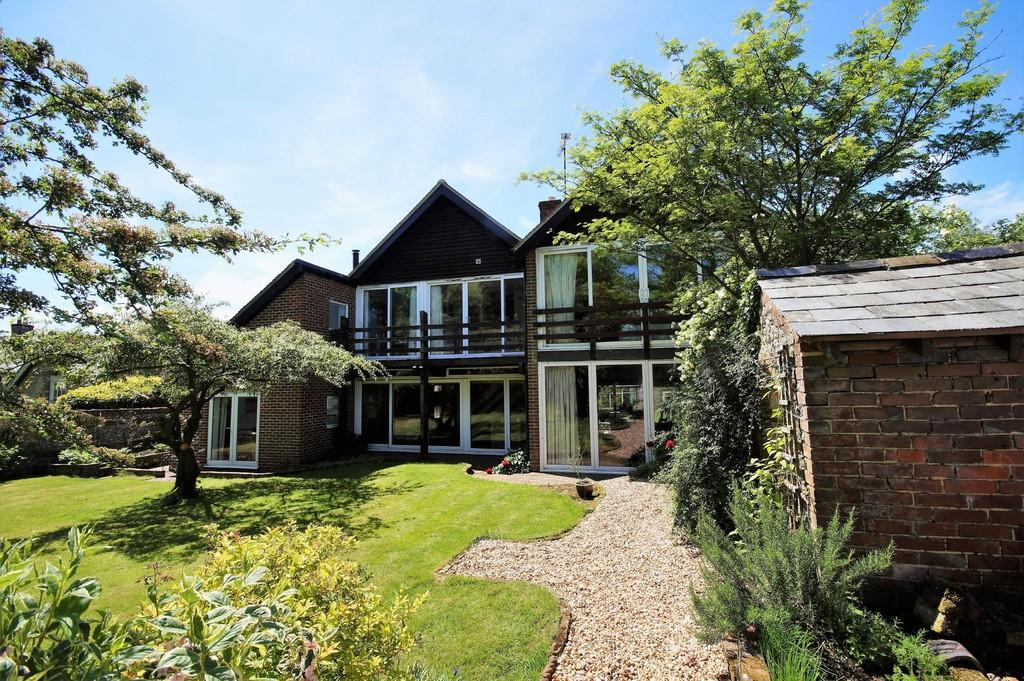4 Bedrooms Detached House for sale in Old Clanfield, Hampshire