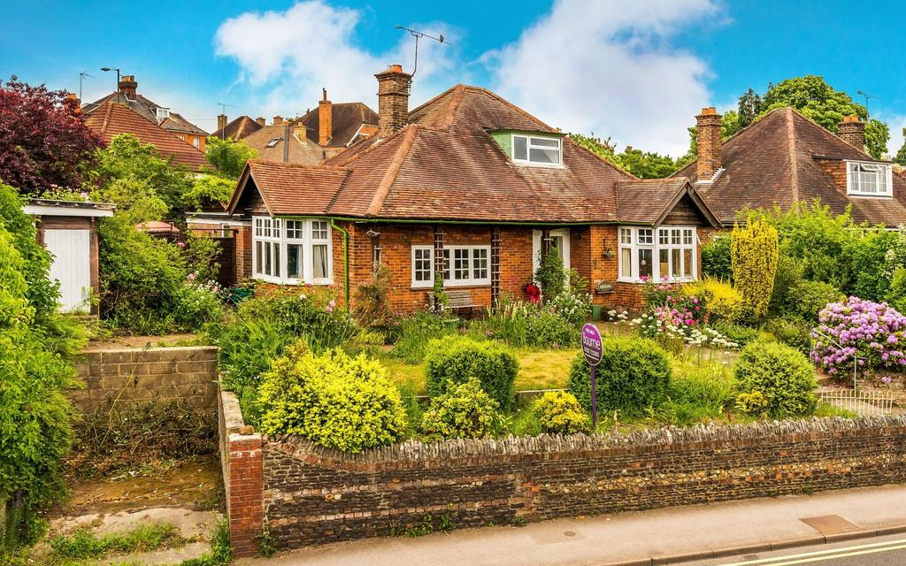 4 Bedrooms Detached House for sale in Guildford Road, Farnham