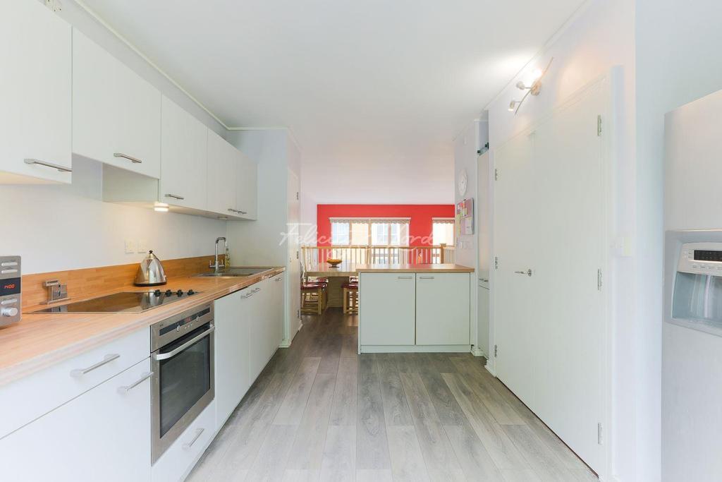 3 Bedrooms Maisonette Flat for sale in Maurer Court, Teal Street, SE10 0ST