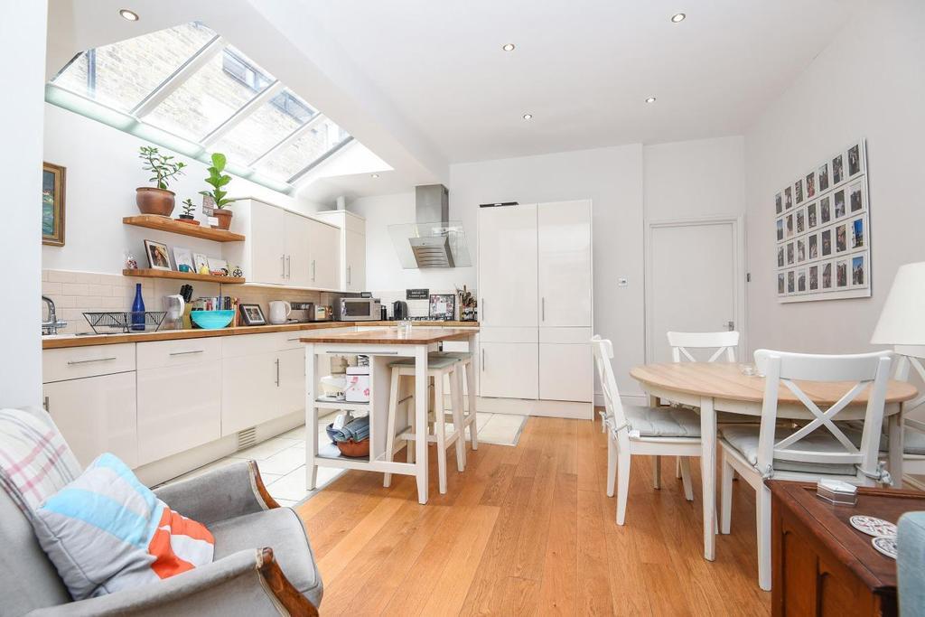 2 Bedrooms Flat for sale in Honeybrook Road, Clapham, SW12