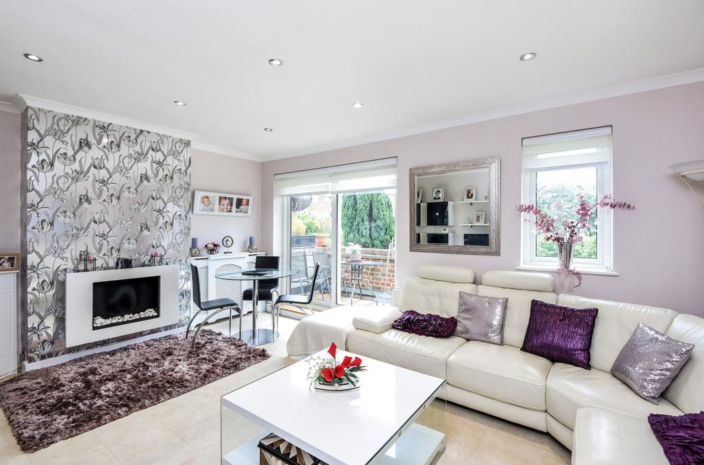 3 Bedrooms Apartment Flat for sale in The Oaks, London