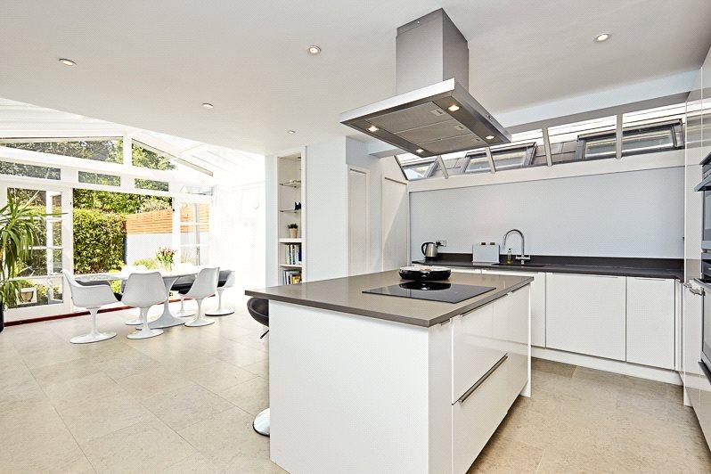 6 Bedrooms Terraced House for sale in Bovingdon Road, London