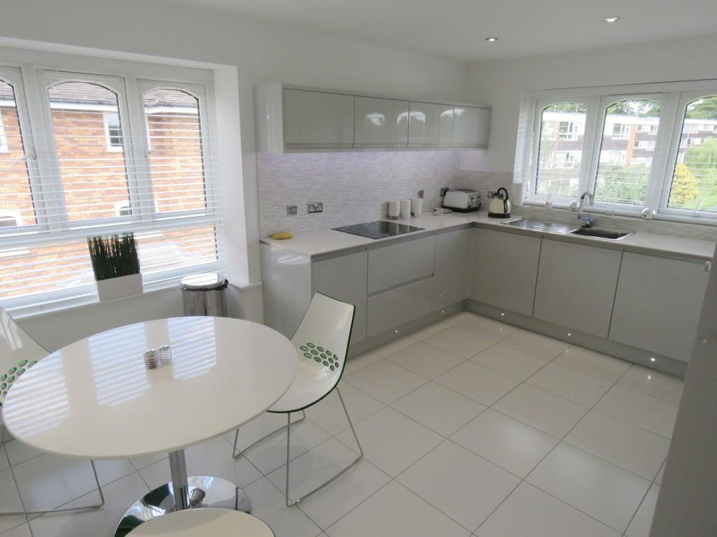 2 Bedrooms Apartment Flat for sale in Queens Court, Solihull