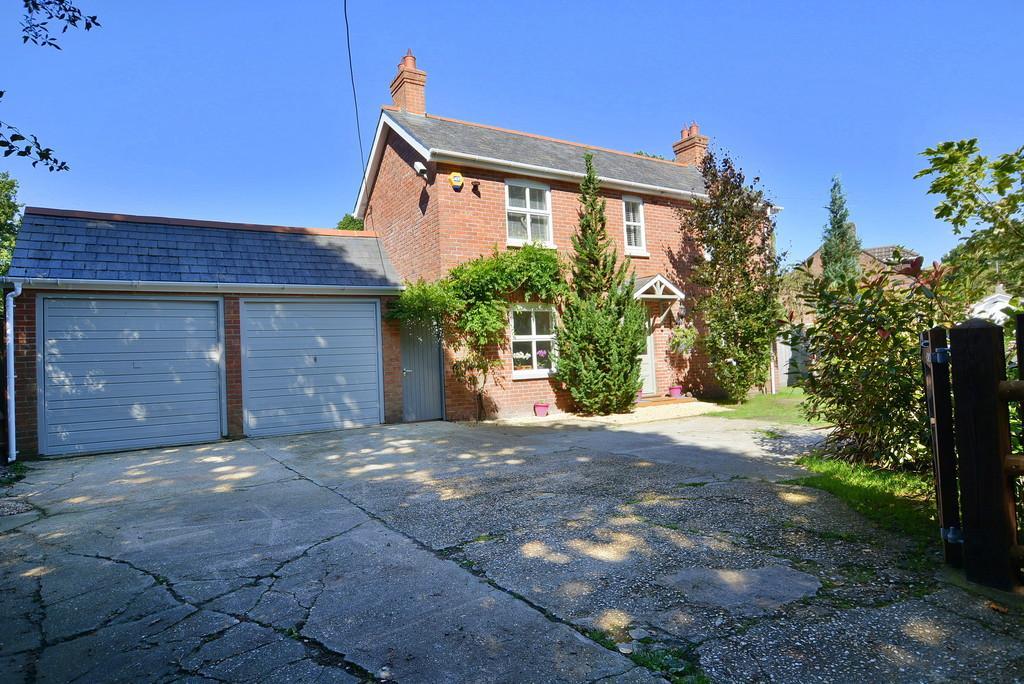3 Bedrooms Detached House for sale in Verwood Road, Three Legged Cross, Wimborne