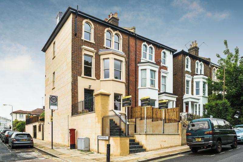 3 Bedrooms Apartment Flat for sale in Charlton Church Lane, Charlton