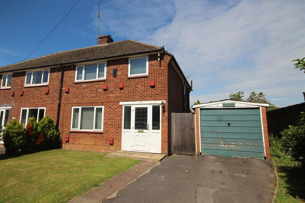 3 Bedrooms Semi Detached House for sale in Milestone Crescent, Charvil, Reading