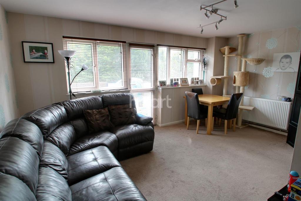 2 Bedrooms Flat for sale in Stratfield Road, Borehamwood