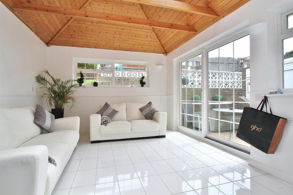 4 Bedrooms Semi Detached House for sale in Lockwood Crescent