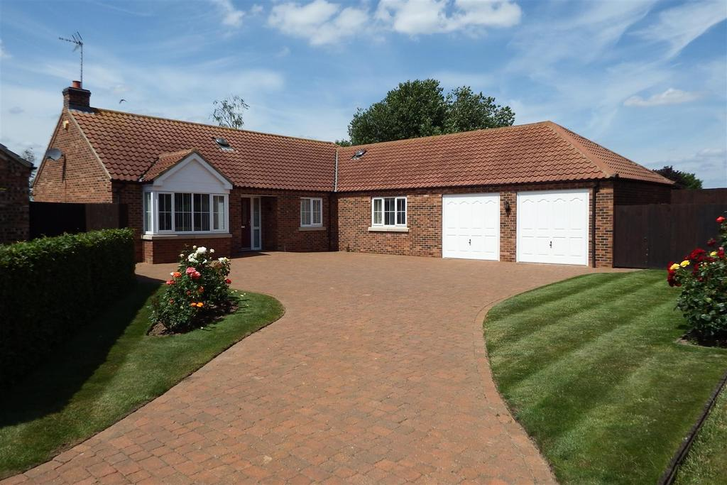 4 Bedrooms Detached Bungalow for sale in Carisbrooke Way, Weston Hills, Spalding