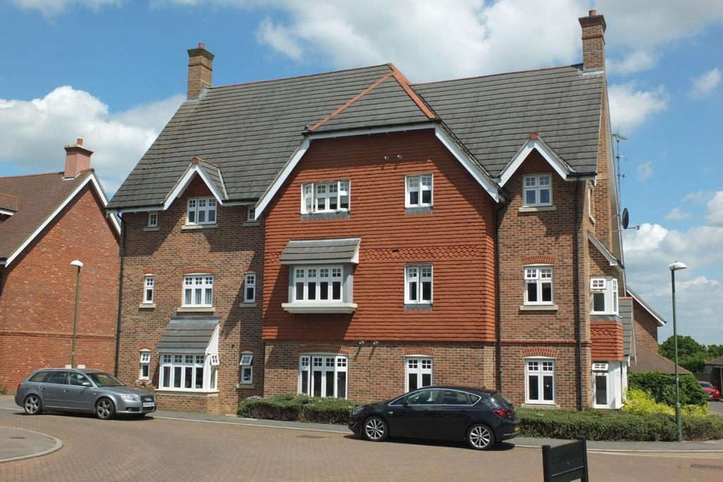 2 Bedrooms Flat for sale in St Pauls on the Green, Haywards Heath, RH16