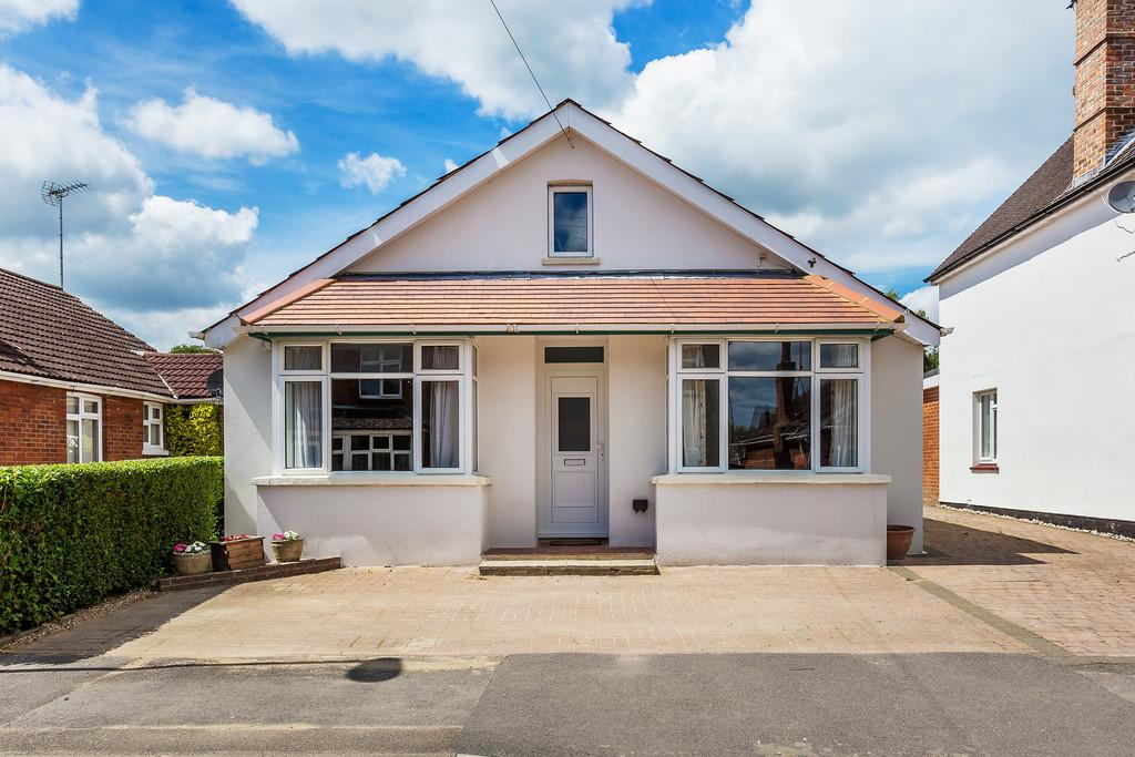 3 Bedrooms Detached Bungalow for sale in Victoria Road, ALTON, Hampshire