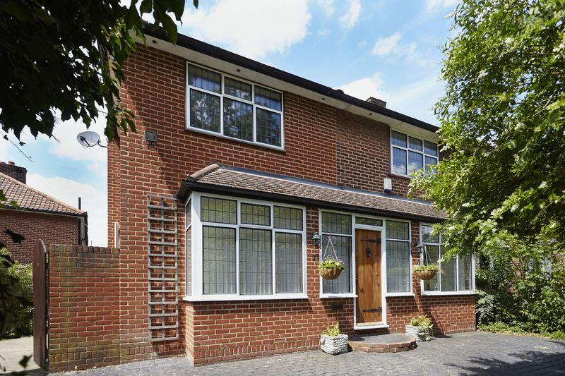 3 Bedrooms End Of Terrace House for sale in Wayside Grove, Mottingham SE9