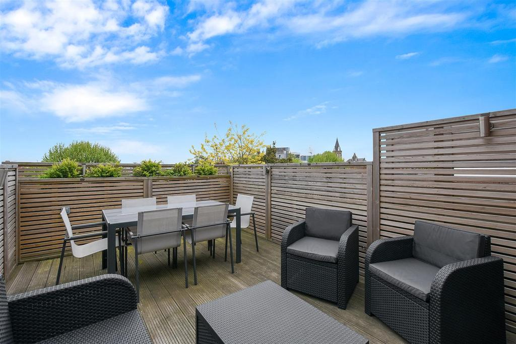 3 Bedrooms Flat for sale in Gladsmuir Road, London
