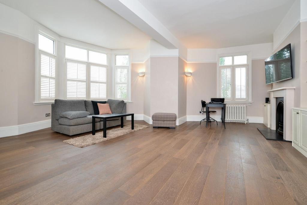 3 Bedrooms Maisonette Flat for sale in Longbeach Road, Battersea