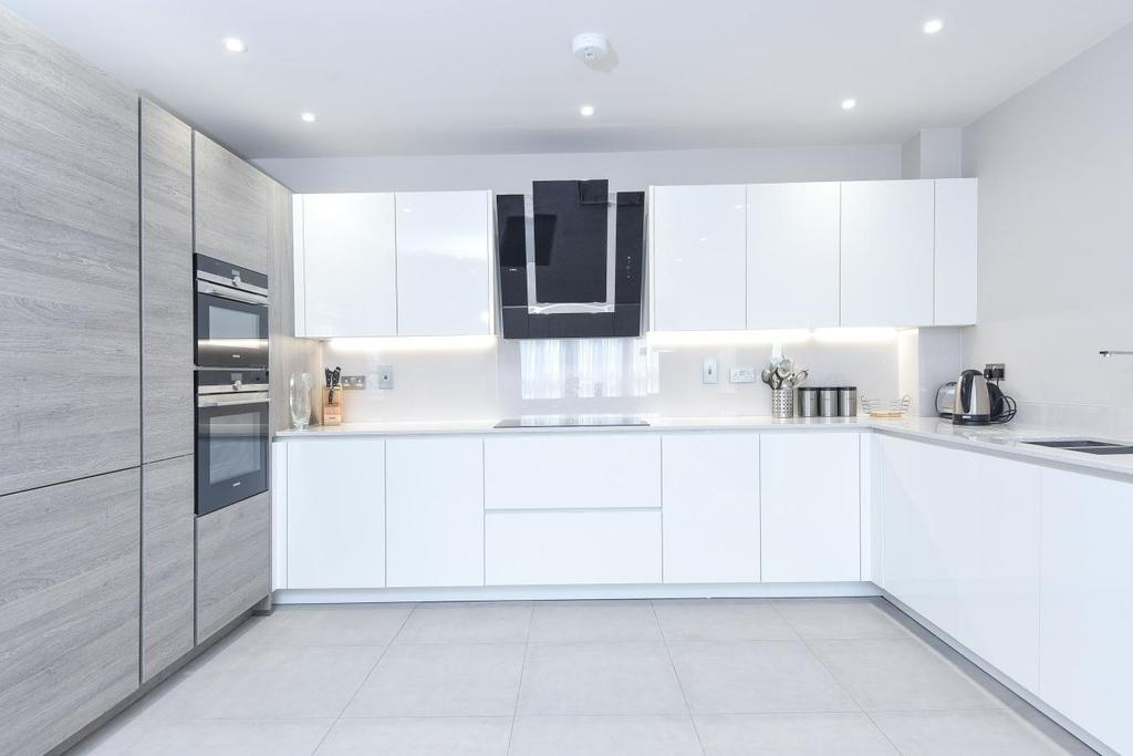 3 Bedrooms Flat for sale in High Road, North Finchley