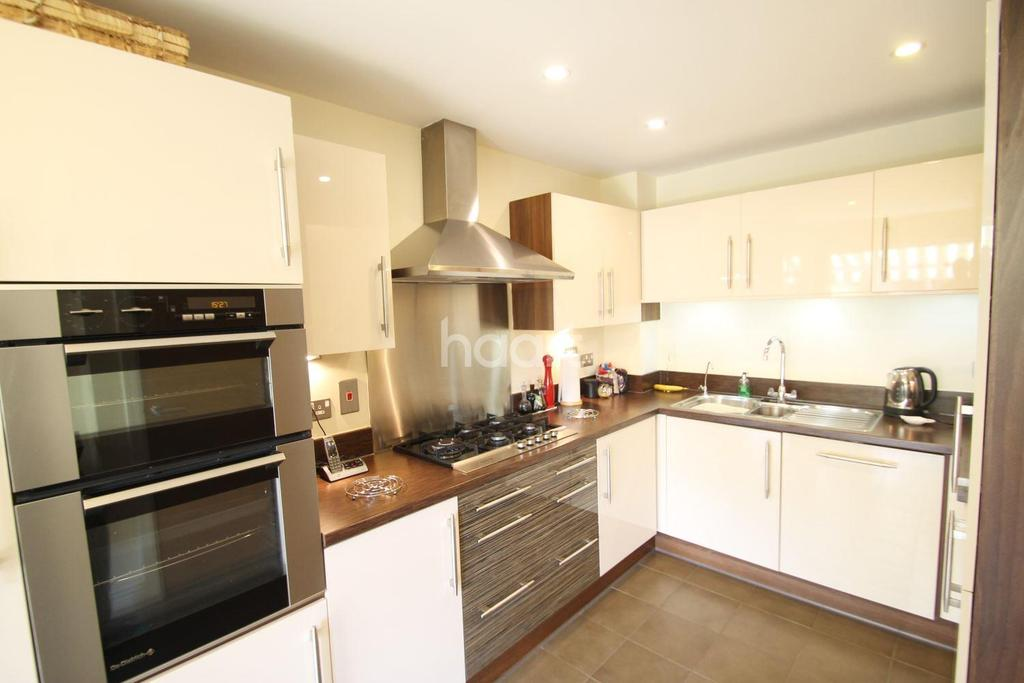 4 Bedrooms Detached House for sale in Charlton Village, Shepperton