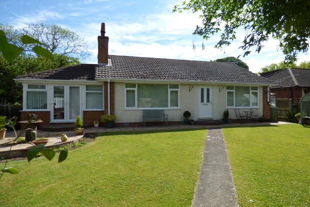 3 Bedrooms Bungalow for sale in Sea Dyke Way, Marshchapel, Grimsby, DN36