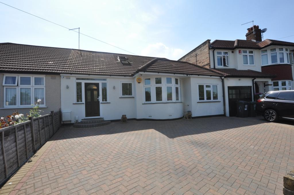 4 Bedrooms Bungalow for sale in Courtland Avenue, Chingford, E4