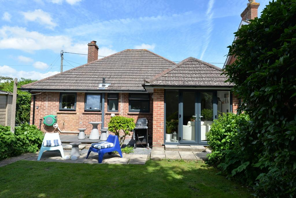 2 Bedrooms Detached Bungalow for sale in Hobart Road, New Milton