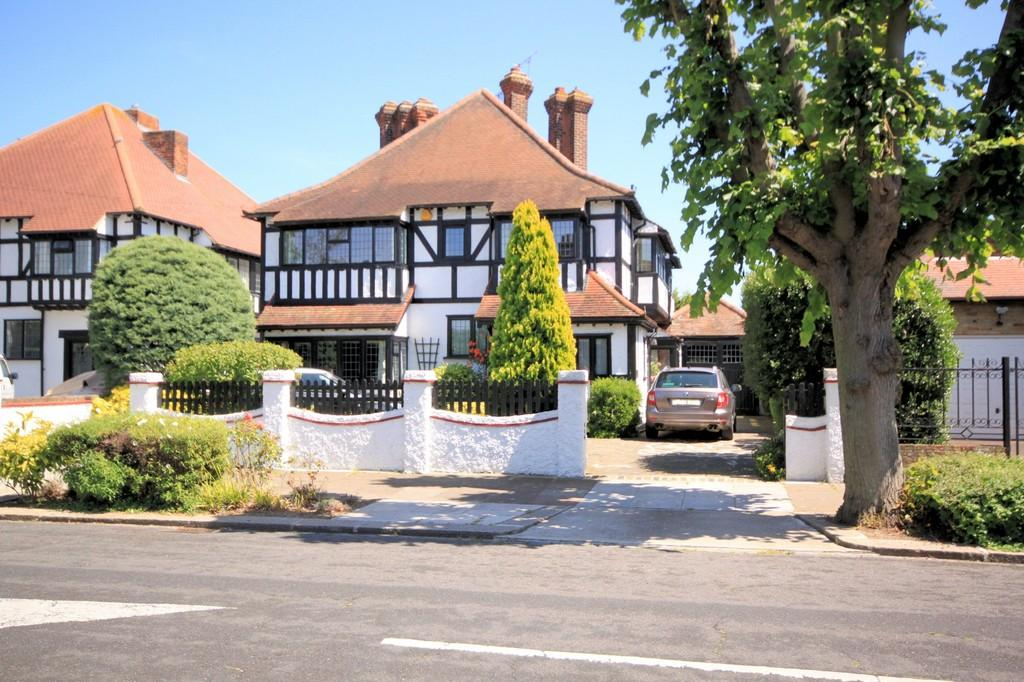 5 Bedrooms Detached House for sale in Parkanaur Avenue, Thorpe Bay