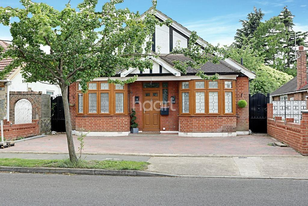 3 Bedrooms Bungalow for sale in Forest Road, Mawneys, Romford