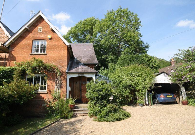 2 Bedrooms Semi Detached House for sale in OXSHOTT