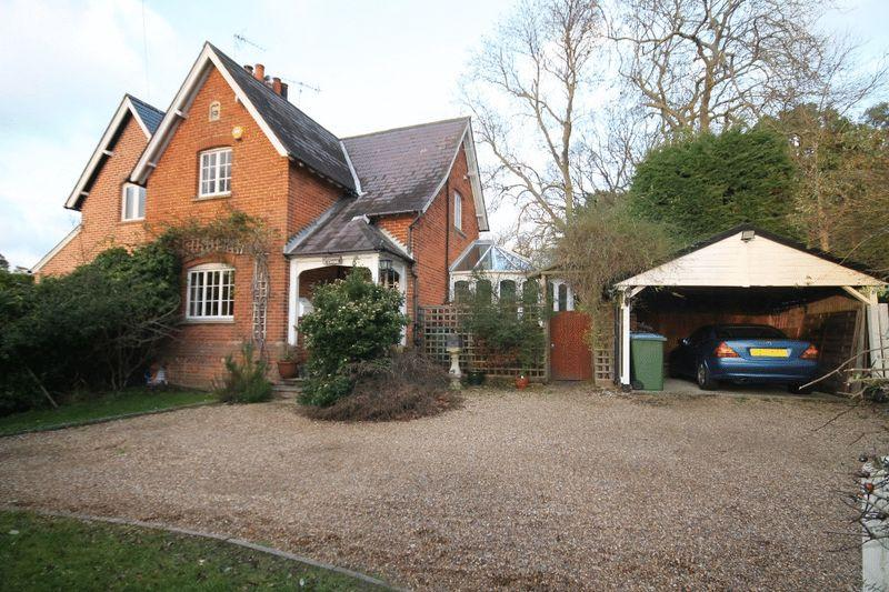 2 Bedrooms Semi Detached House for sale in OXSHOTT