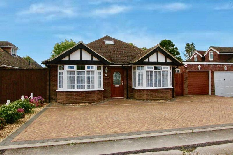 3 Bedrooms Detached Bungalow for sale in Hawthorn Crescent, Caddington ****LARGE BOARDED LOFT IDEAL FOR CONVERSION STPP ****