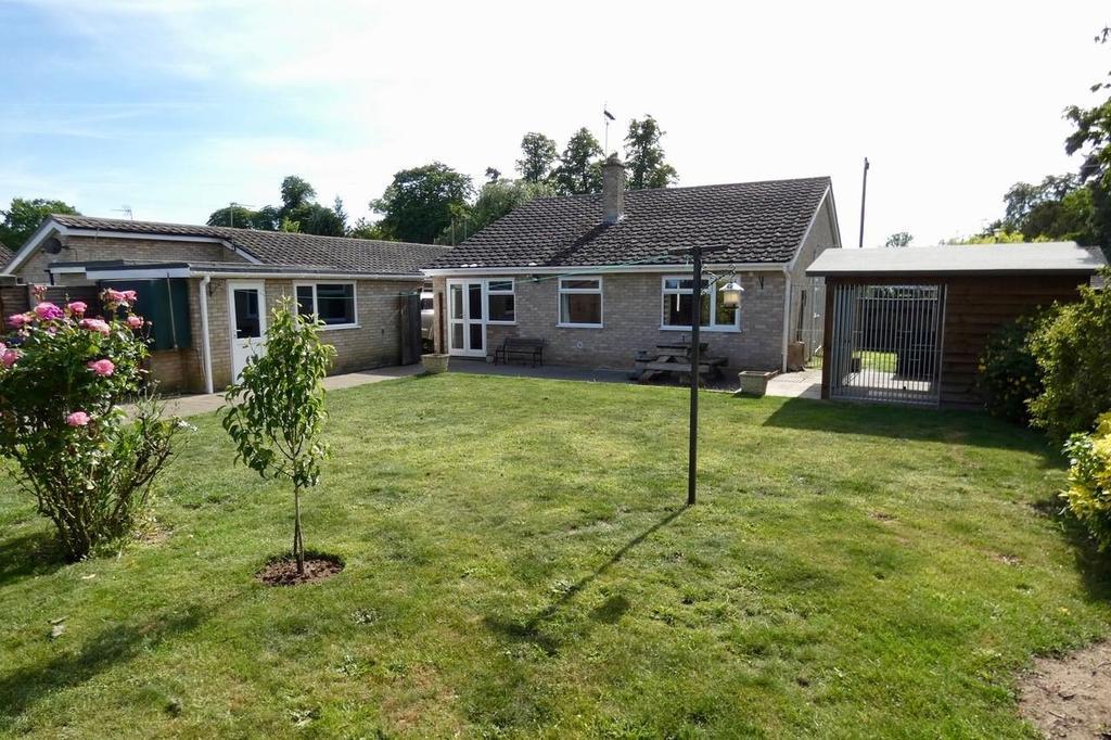 3 Bedrooms Detached Bungalow for sale in Arrowhead Drive, Lakenheath
