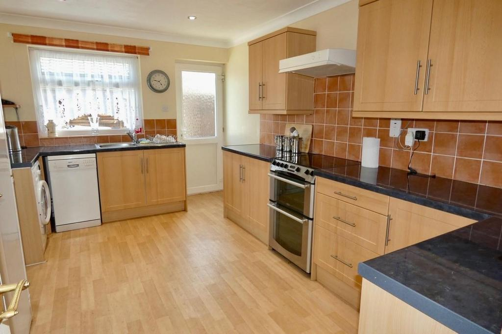 3 Bedrooms Detached Bungalow for sale in Arrowhead Drive, Lakenheath