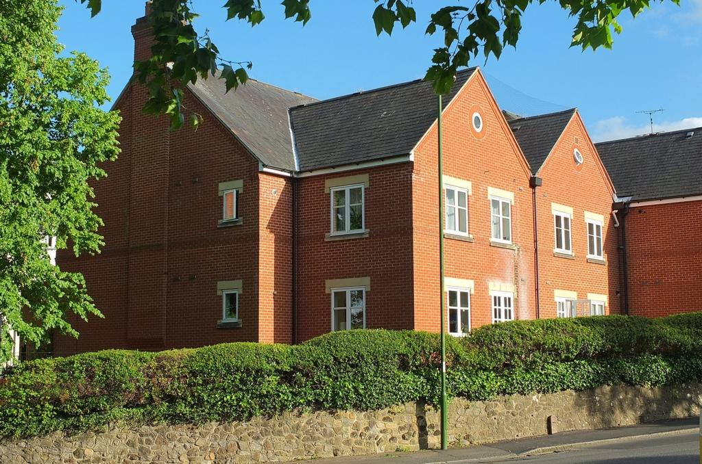 2 Bedrooms Flat for sale in Boltro Road, Haywards Heath, RH16