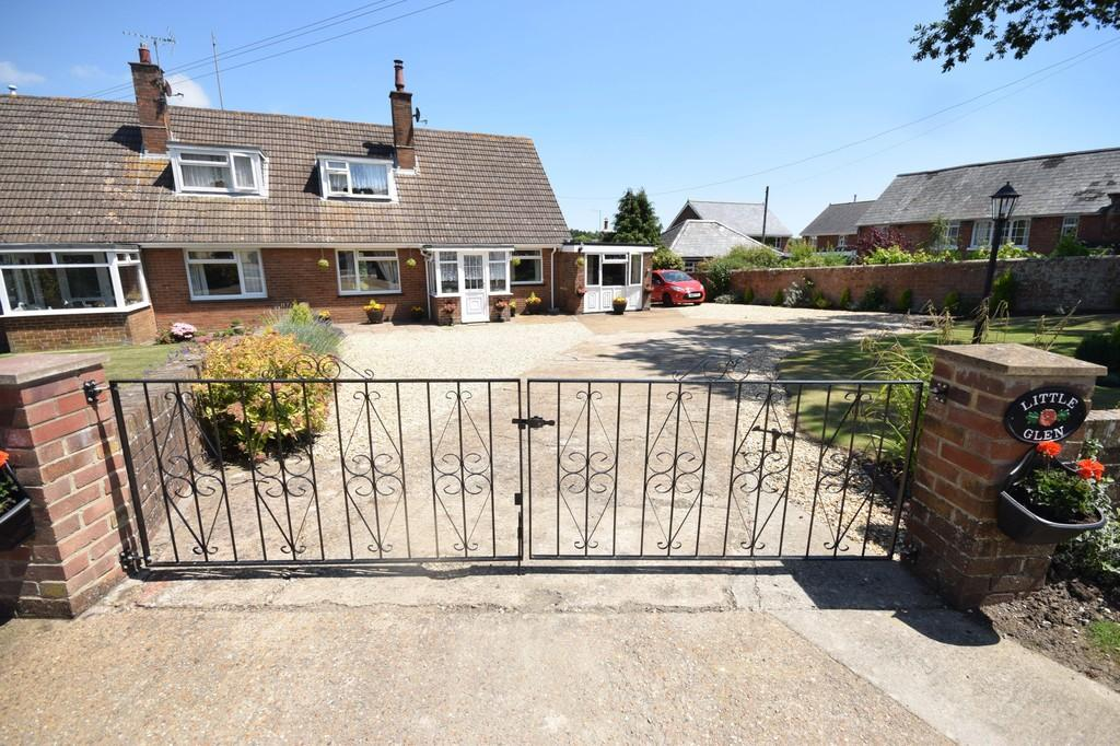 3 Bedrooms Semi Detached Bungalow for sale in Main Road, Rookley