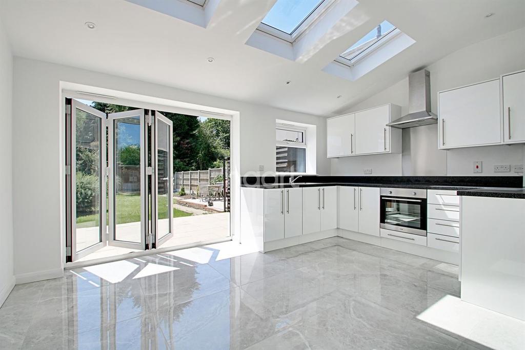 3 Bedrooms Semi Detached House for sale in Daws Heath Road, Benfleet